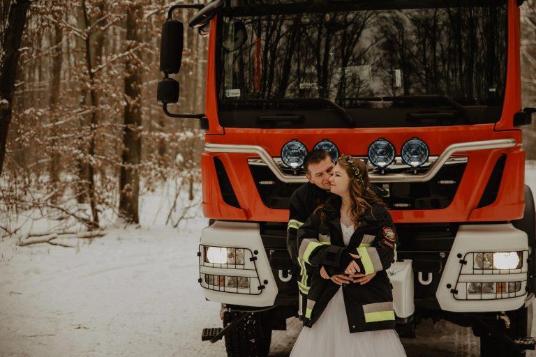 Plener ślubny strażaków   Zima w Warszawie