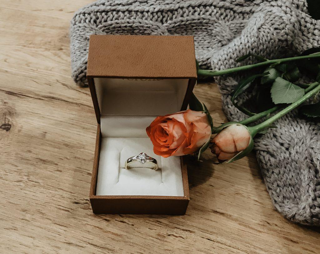 jak dbać o pierścionek zaręczynowy