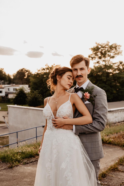 Piła   Nietuzinkowa sesja ślubna na stadionie piłkarskim 31