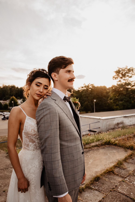 Piła   Nietuzinkowa sesja ślubna na stadionie piłkarskim 39