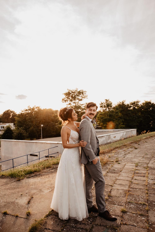 Piła   Nietuzinkowa sesja ślubna na stadionie piłkarskim 40