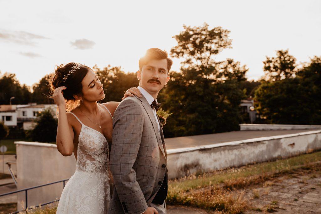Piła   Nietuzinkowa sesja ślubna na stadionie piłkarskim 42