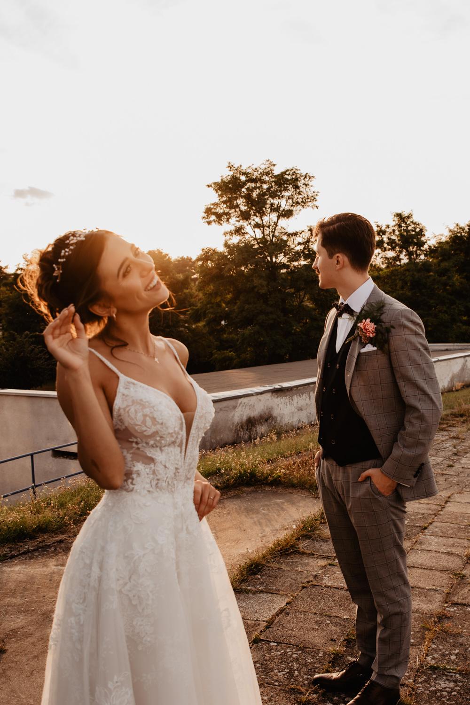 Piła   Nietuzinkowa sesja ślubna na stadionie piłkarskim 41