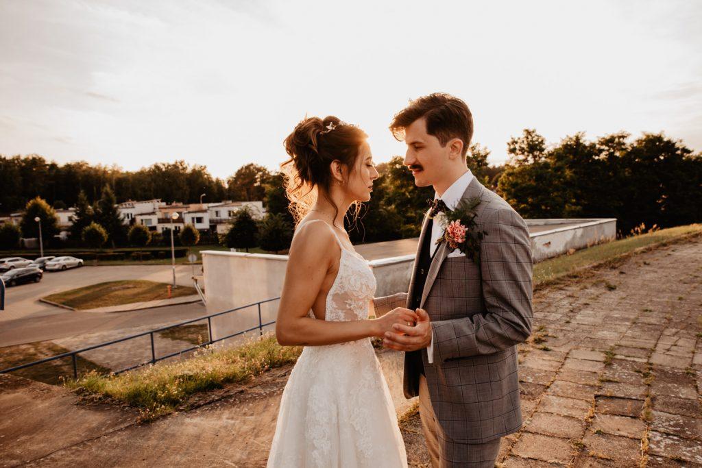 Piła   Nietuzinkowa sesja ślubna na stadionie piłkarskim 54