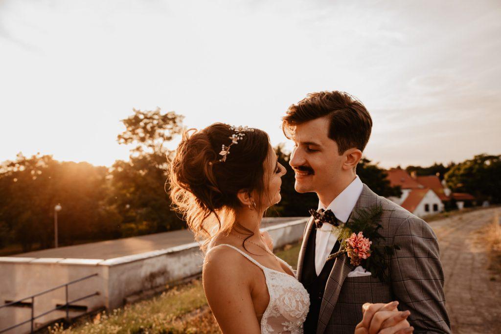 Piła   Nietuzinkowa sesja ślubna na stadionie piłkarskim 52