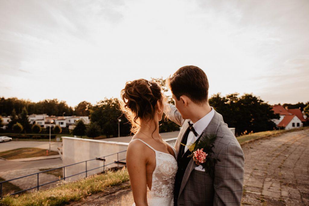Piła   Nietuzinkowa sesja ślubna na stadionie piłkarskim 53