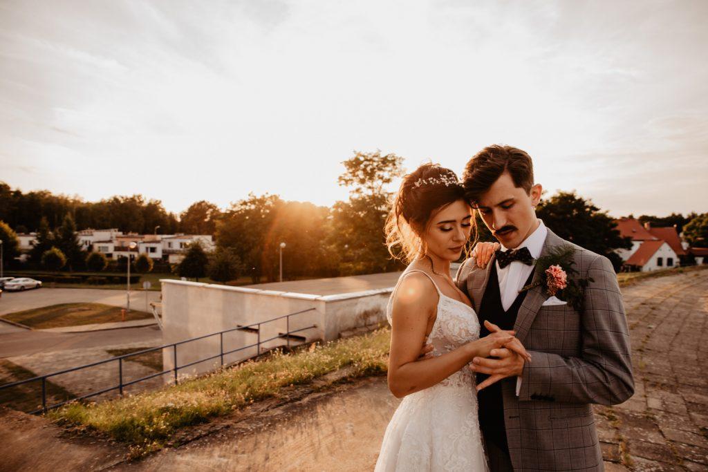 Piła   Nietuzinkowa sesja ślubna na stadionie piłkarskim 55