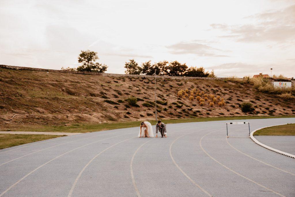 Piła   Nietuzinkowa sesja ślubna na stadionie piłkarskim 1