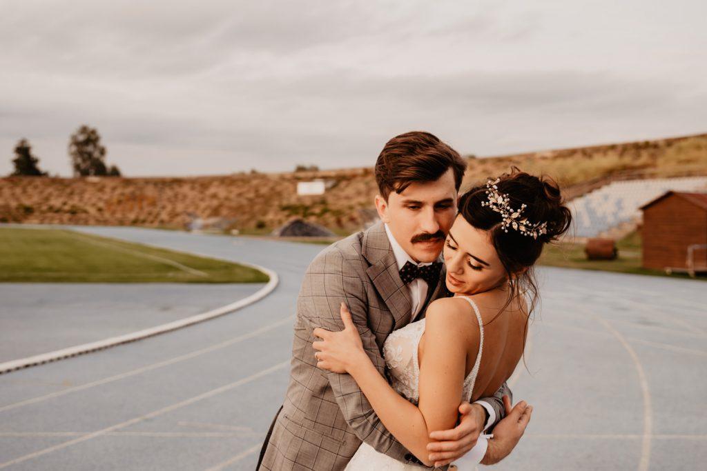 Piła   Nietuzinkowa sesja ślubna na stadionie piłkarskim 4