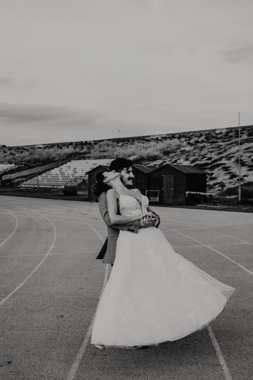 Piła   Nietuzinkowa sesja ślubna na stadionie piłkarskim 5