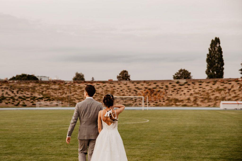 Piła   Nietuzinkowa sesja ślubna na stadionie piłkarskim 8