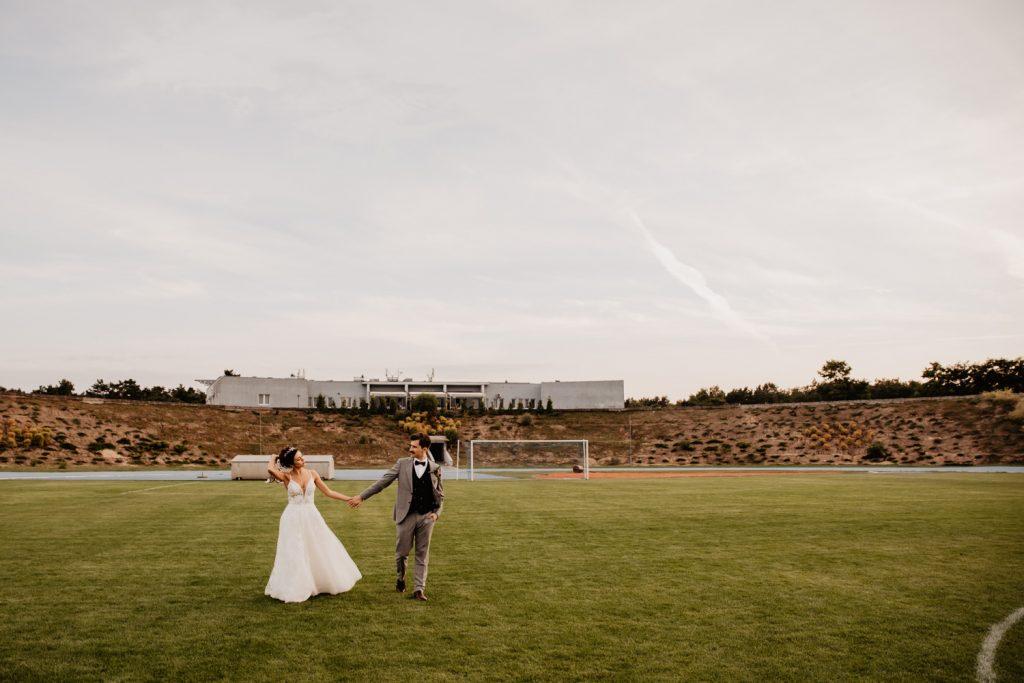 Piła   Nietuzinkowa sesja ślubna na stadionie piłkarskim 9