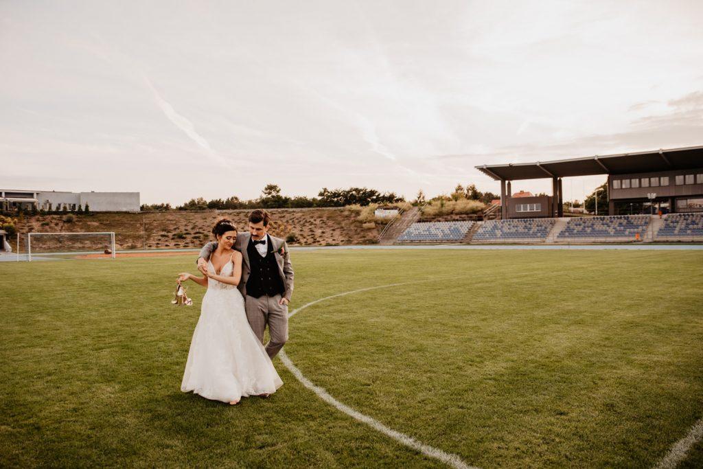 Piła   Nietuzinkowa sesja ślubna na stadionie piłkarskim 11