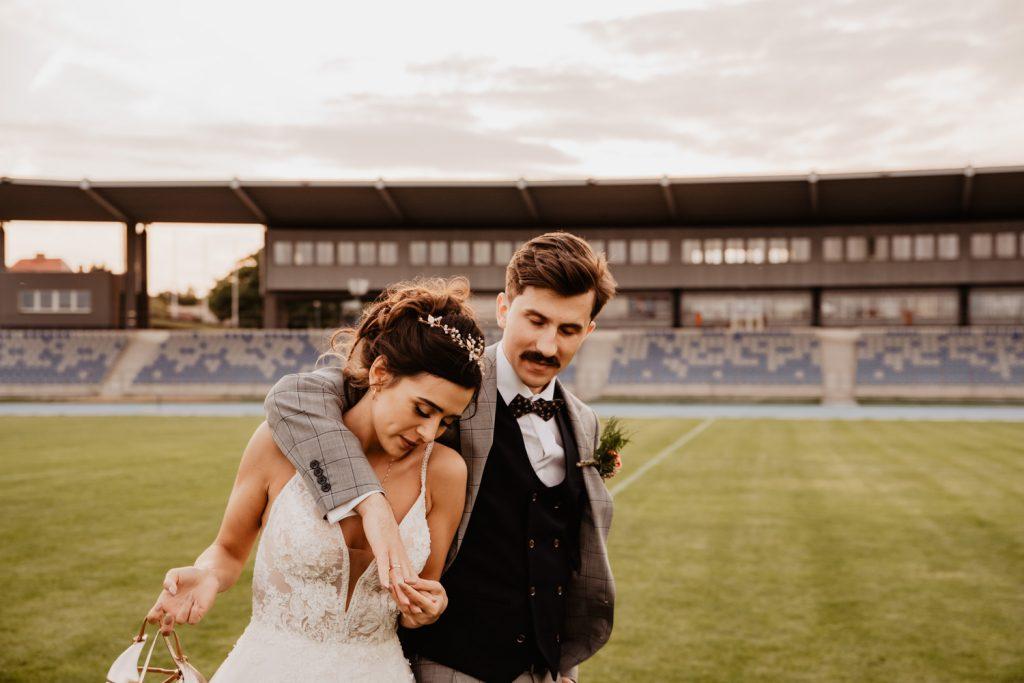 Piła   Nietuzinkowa sesja ślubna na stadionie piłkarskim 10