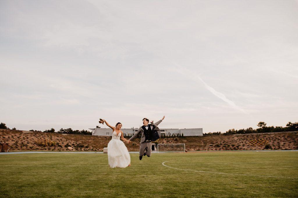 Piła   Nietuzinkowa sesja ślubna na stadionie piłkarskim 13