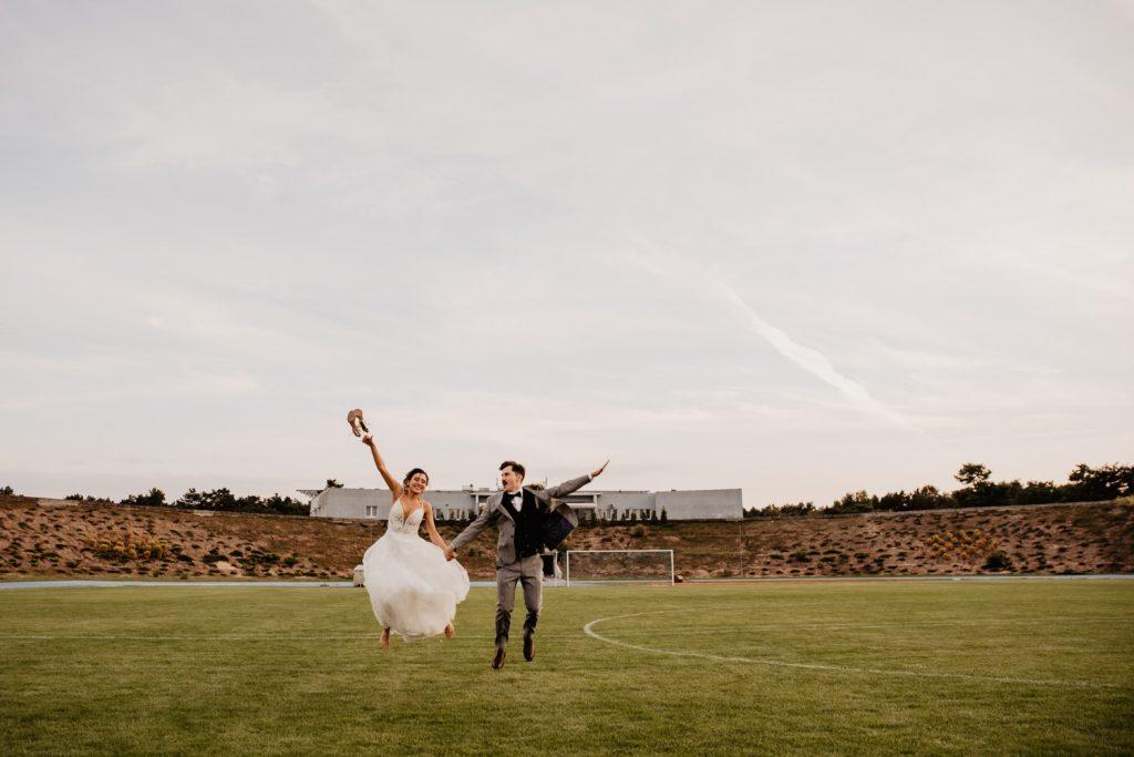 Piła   Nietuzinkowa sesja ślubna na stadionie piłkarskim 12