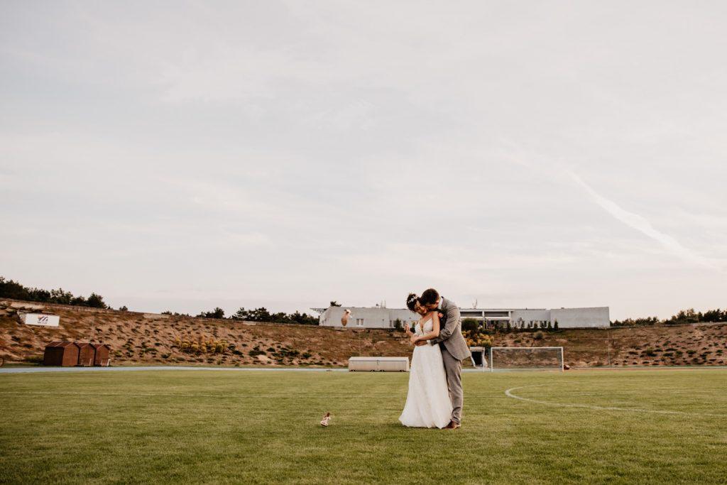 Piła   Nietuzinkowa sesja ślubna na stadionie piłkarskim 14