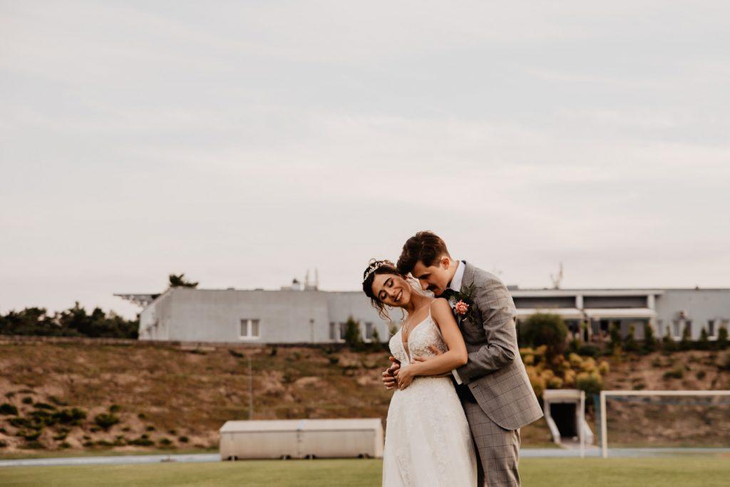 Piła   Nietuzinkowa sesja ślubna na stadionie piłkarskim 15