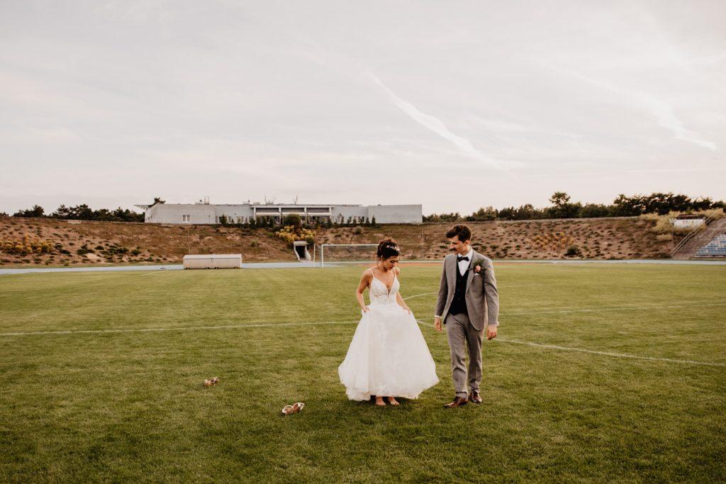 Piła   Nietuzinkowa sesja ślubna na stadionie piłkarskim 16