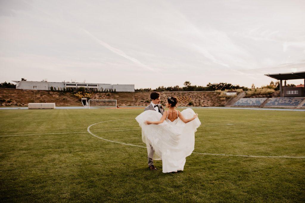 Piła   Nietuzinkowa sesja ślubna na stadionie piłkarskim 18