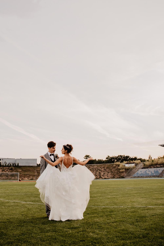 Piła   Nietuzinkowa sesja ślubna na stadionie piłkarskim 19