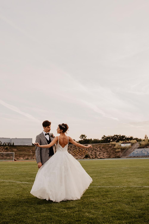 Piła   Nietuzinkowa sesja ślubna na stadionie piłkarskim 20
