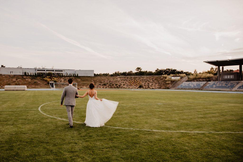 Piła   Nietuzinkowa sesja ślubna na stadionie piłkarskim 21