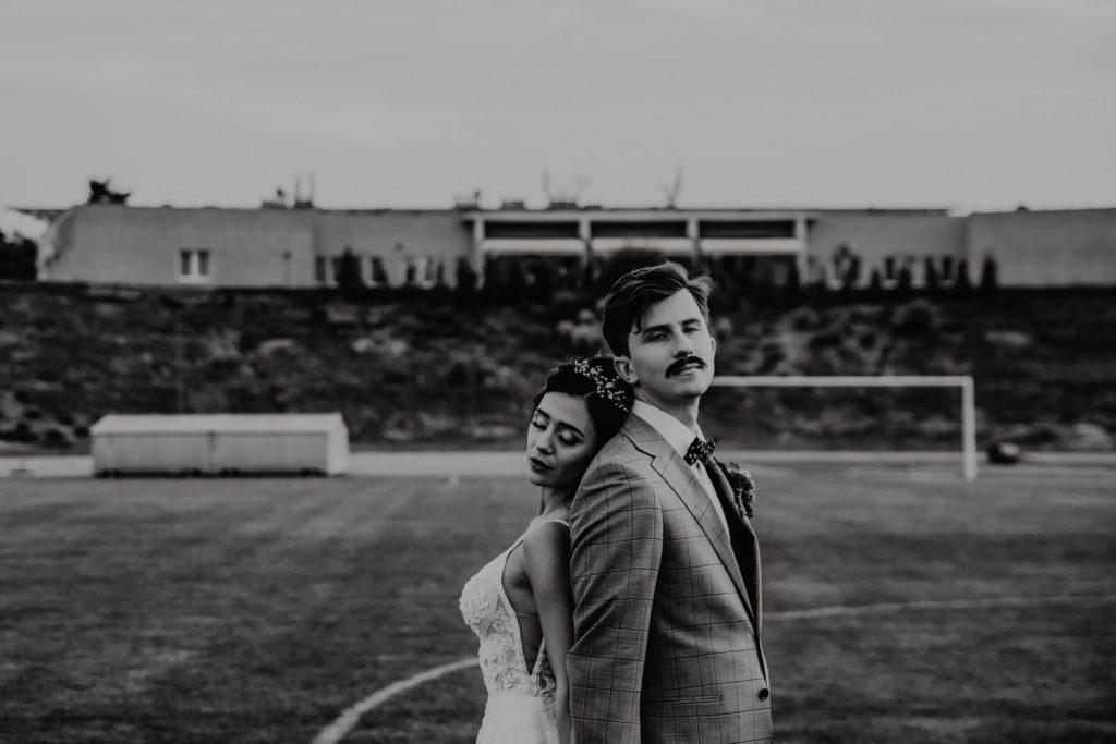Piła   Nietuzinkowa sesja ślubna na stadionie piłkarskim 23