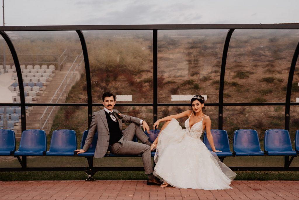 Piła   Nietuzinkowa sesja ślubna na stadionie piłkarskim 26